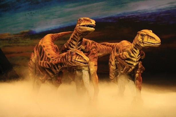 群れで狩りを行う小型の恐竜も登場