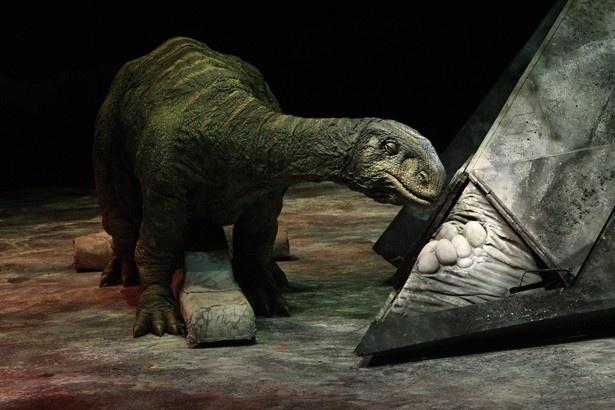 卵を育てる恐竜も登場