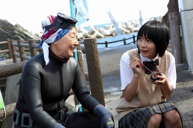 【写真】 アキは夏に薦められた新鮮なウニの味に驚き、最高の笑顔を浮かべる