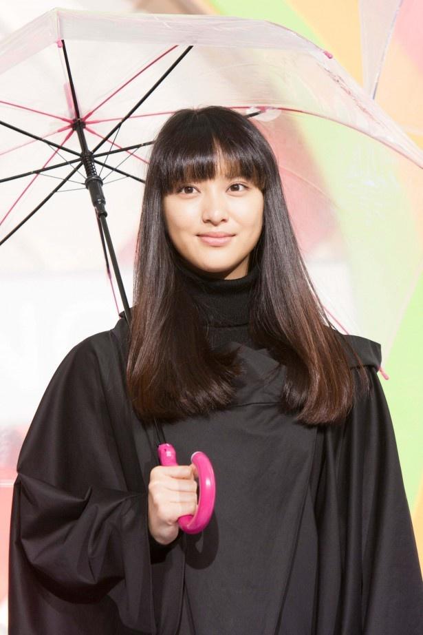 番組オリジナルの傘を持って登場した武井咲