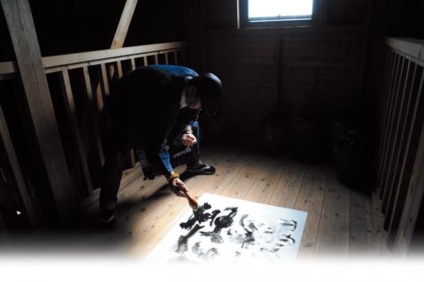 【写真を見る】書浪人善隆氏のスタイルや作品をチェック