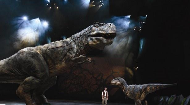闊歩するティラノサウルス
