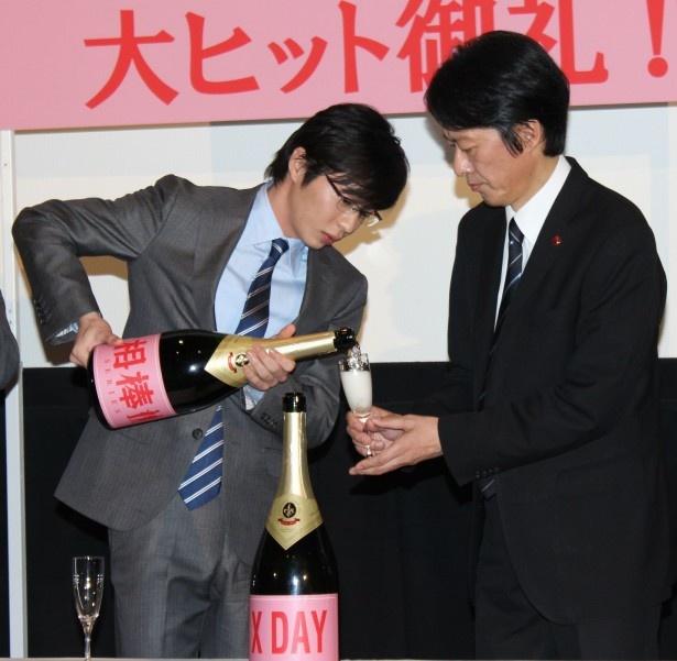【写真を見る】『相棒シリーズ X DAY』田中圭と川原和久が杯を交わして大ヒットをお祝い!