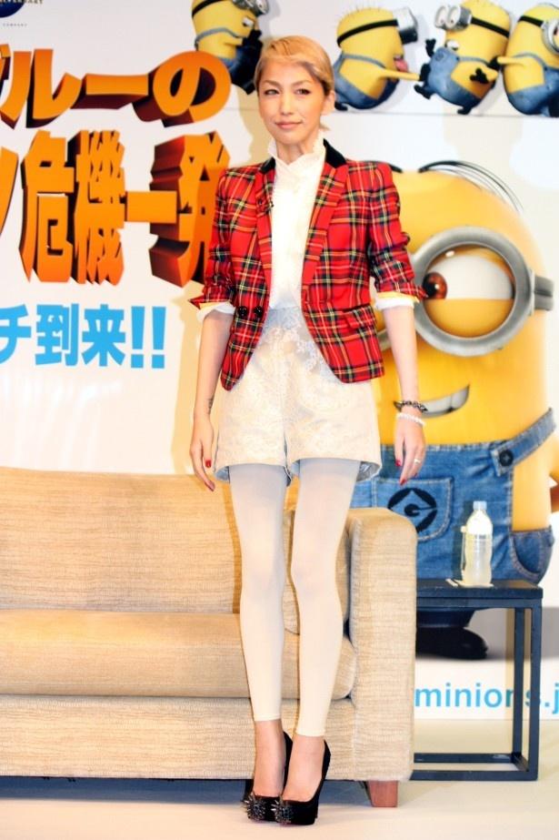 【写真をもっと見る】中島美嘉は白のスパッツでスレンダーな美脚を披露
