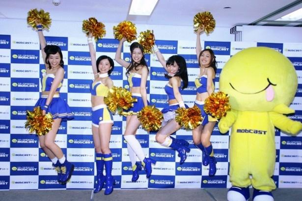 【写真】スポーツを応援するユニットだけに元気よくジャンプ!