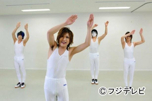 【写真】「女々しくて」の体操バージョンにのって体操するゴールデンボンバー