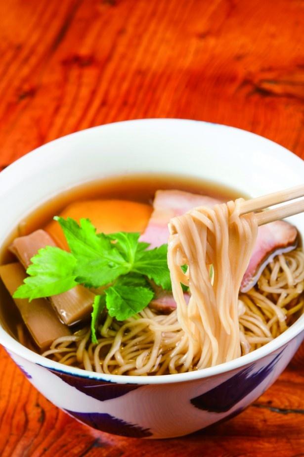 喉ごしのよい麺と醤油味のバランスが絶妙な「醤油らぁ麺」(750円)/飯田商店