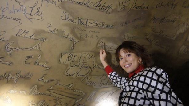 ウィーンのレストランを訪問した際にはあまたの有名人に混ざって壁にサインを