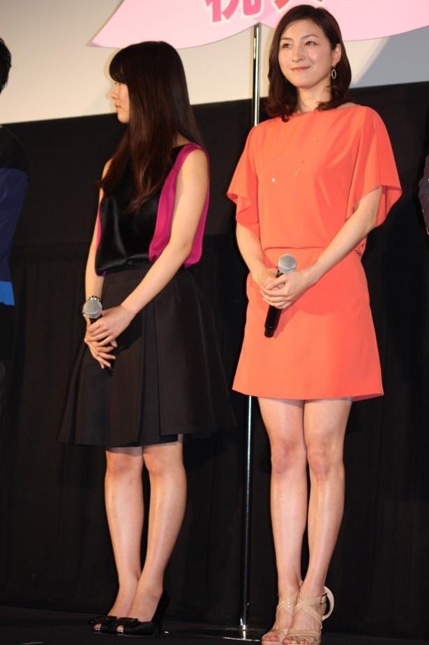 【写真をもっと見る】広末涼子はひざ上ミニのワンピースで美脚を披露。全身はこちら