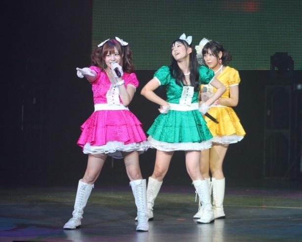 「ゴーゴープルカワ」を披露する瑠川リナ、西野翔、篠原冴美(写真左から)
