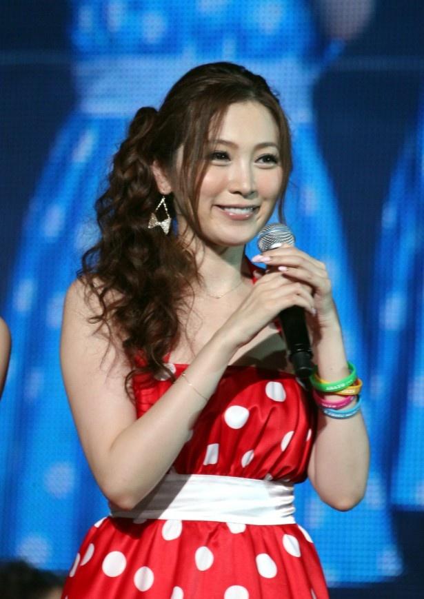 ファンの声援に笑顔で応える小川あさ美