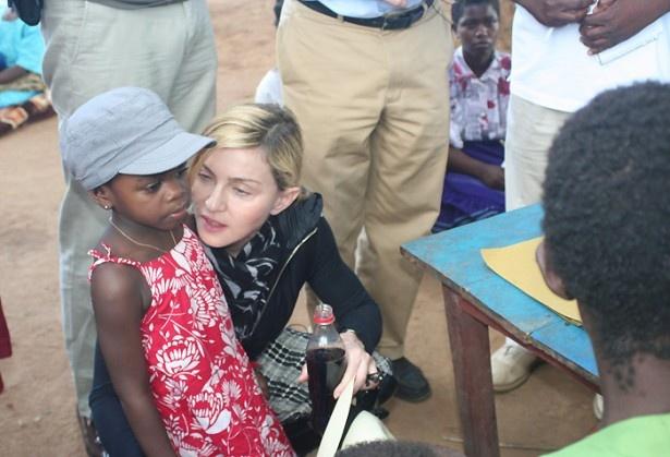 【写真を見る】マドンナはマラウィから養子をもらっている