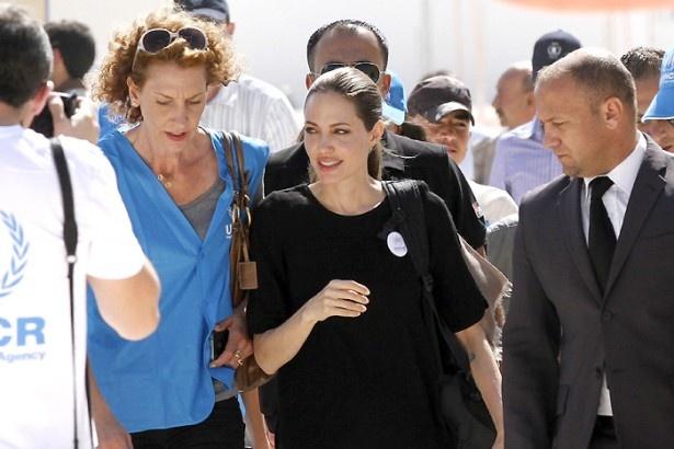 アンジーは国連大使としてヨルダンの難民キャンプを訪問