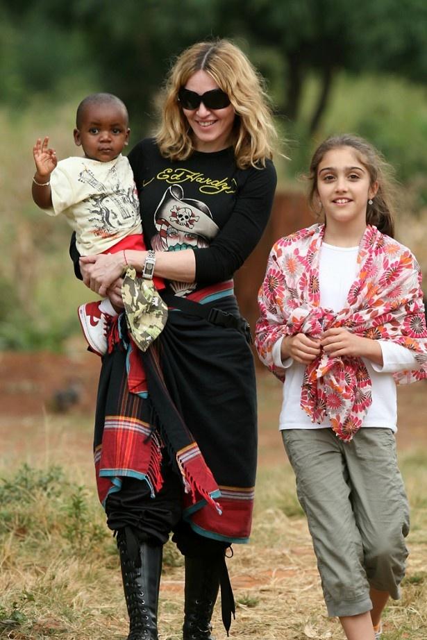 マドンナが抱いているのがマラウィからの養子デイヴィッド・バンダ