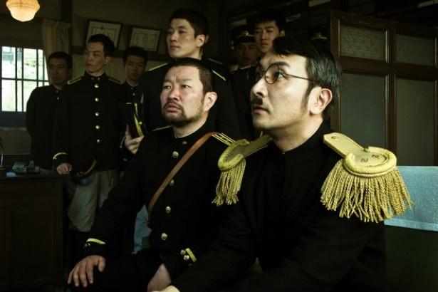 木村祐一(前列左)や春田純一(前列右)も日本人警察官役を熱演