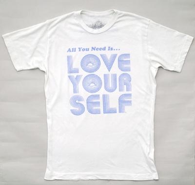 ユーズド風デザインの「Love Yourself Tシャツ」(8400円)