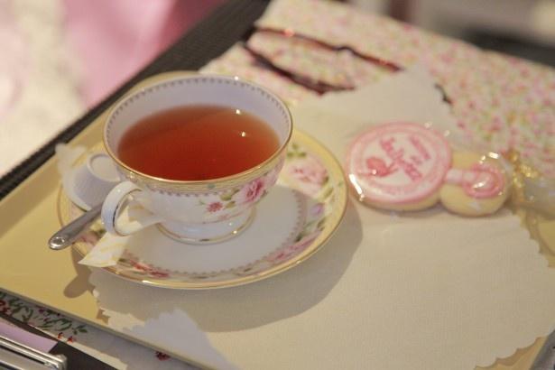変身中は可愛いクッキーや紅茶を楽しみながら世界観に浸って
