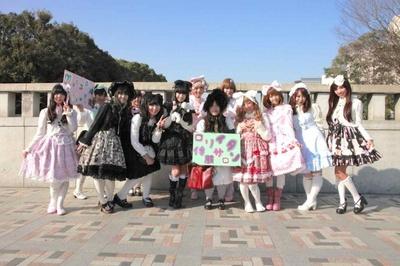 ロリータのメッカ、原宿の神宮橋にて記念撮影