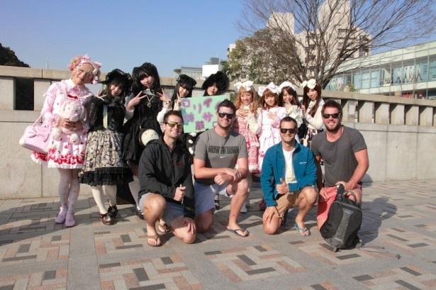 瞬く間に外国人観光客が様子見に現れ人気の的に!
