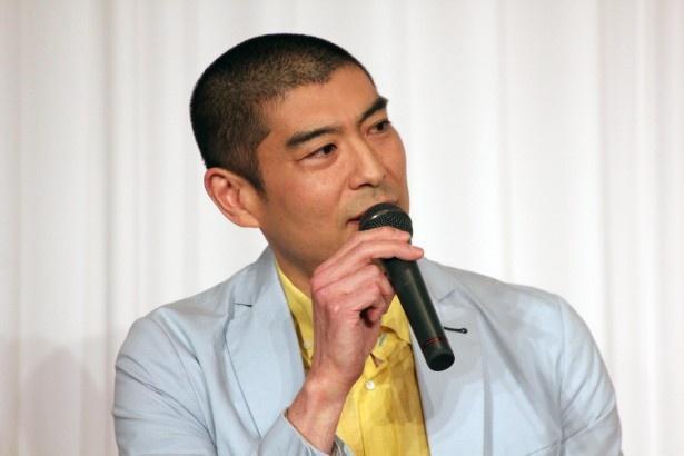同僚の体育教師役として出演する高嶋政宏