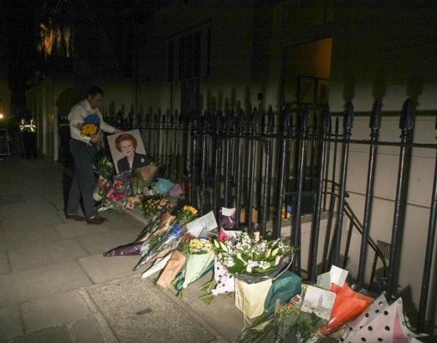 【写真を見る】サッチャー元英首相のロンドンにある自宅の前に市民が花を供えている