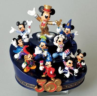 各記念イベント時のミッキーマウスが勢ぞろいした「フィギュアリン」(7000円)など約600種類ものアイテムが登場!
