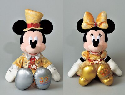 【写真を見る】ゴージャスな30周年記念衣装を着たミッキー&ミニーのぬいぐるみ(各4200円)はこちら