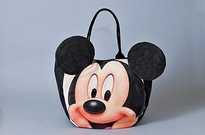 こちらのトートバッグ(3200円)など、春夏向けファッショングッズも発売中
