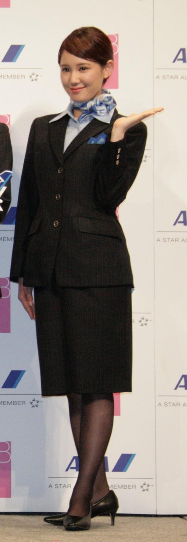 カメラマンの呼びかけに笑顔で応えるAKB48の鈴木まりや