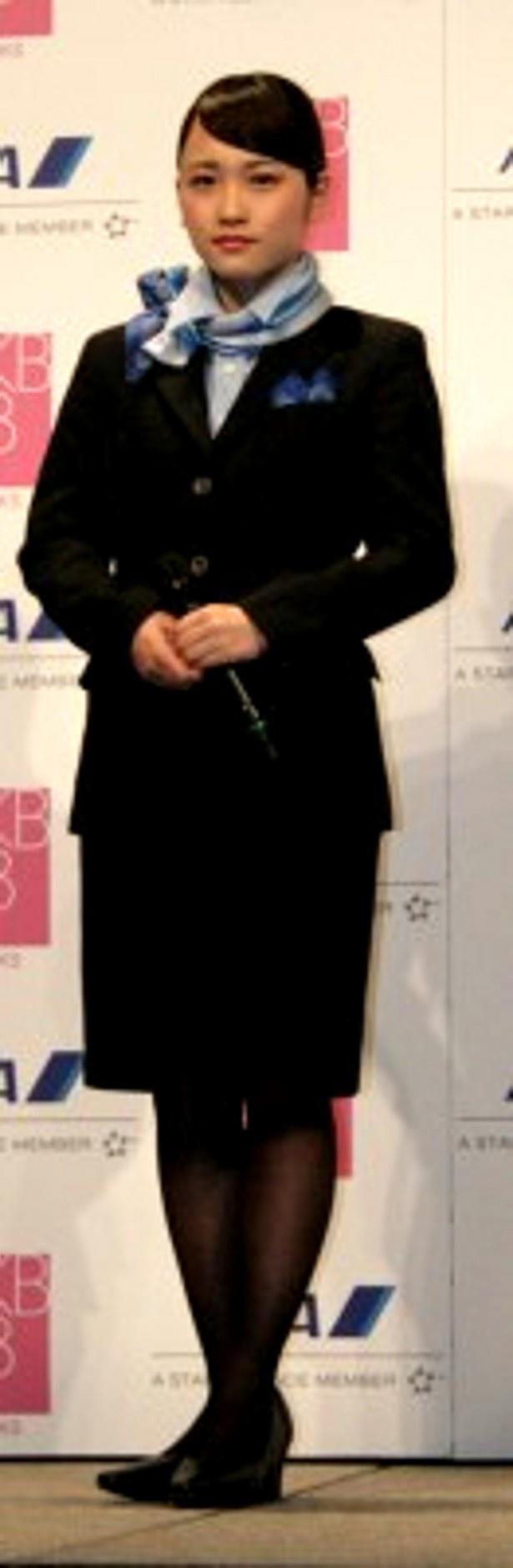 キャビンアテンダント制服を着て身が引き締まった表情を見せる川栄李奈