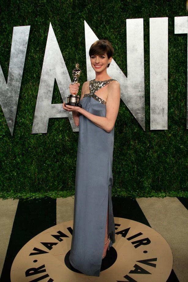 【写真を見る】第85回アカデミー助演女優賞受賞後、ハリウッド一の嫌われ者になっているアン・ハサウェイ