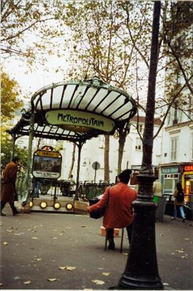 パリ。アールヌーヴォーの巨匠が手掛けたエントランス「アベス駅」