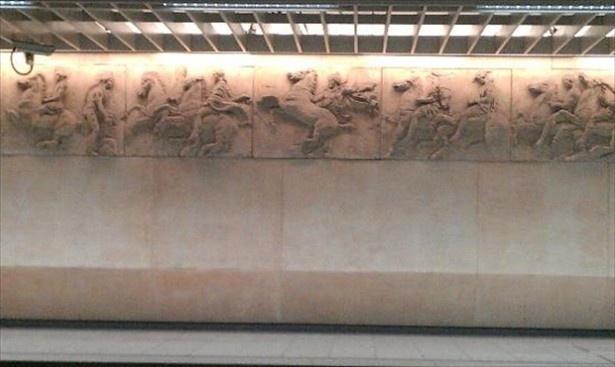 ホームの壁面を飾るパルテノン神殿のレリーフ「アクロポリ駅」