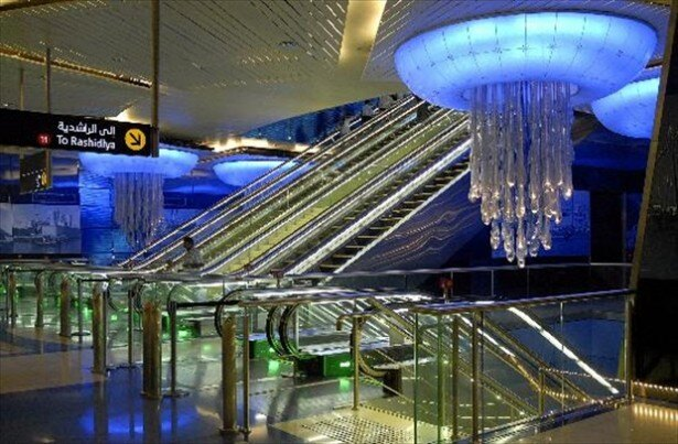 シャンデリアがきらめく豪華絢爛な地下駅「ハーリド・イブン・アル・ワリード駅」