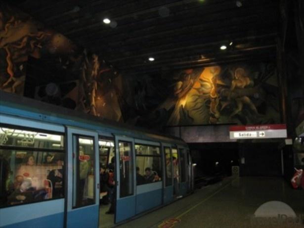 巨大壁画が見下ろす、南米の地下鉄駅「ウニベルシダ・デ・チリ駅」