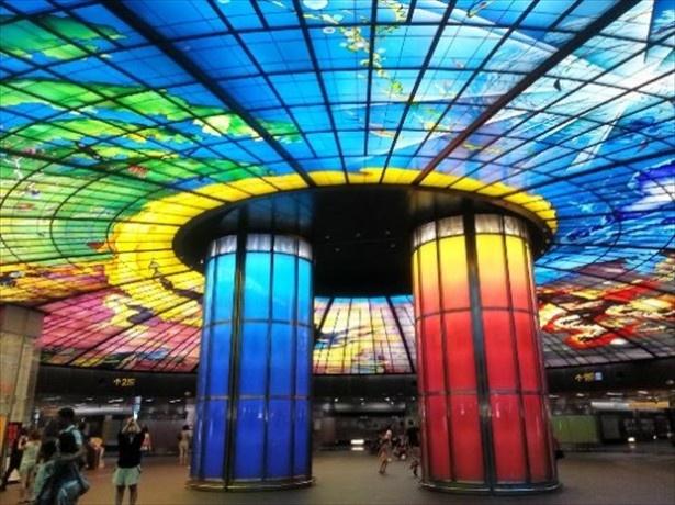 原色の巨大円柱とステンドグラスの光が強烈「美麗島駅」