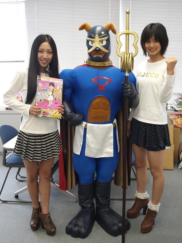 左から「べじっ娘」の澤田いぶき(サブリーダー)と泉佐野市のイメージキャラクター「イヌナキン」、「べじっ娘」の多田まりえ
