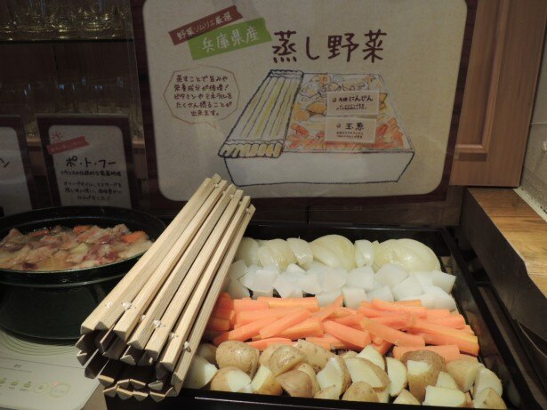 厳選野菜を使用した蒸し野菜は、自家製ドレッシングで