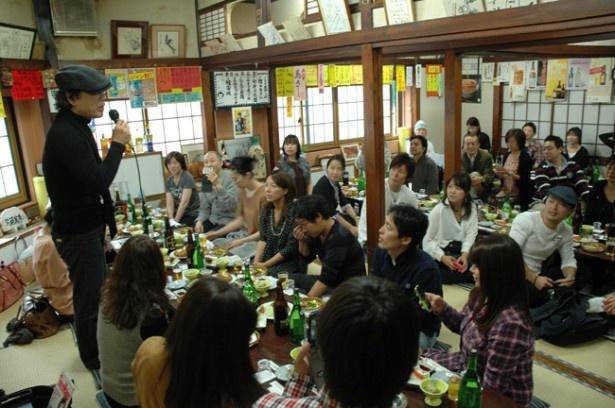 前回開催の「吉田類と一緒に飲む会」の模様。