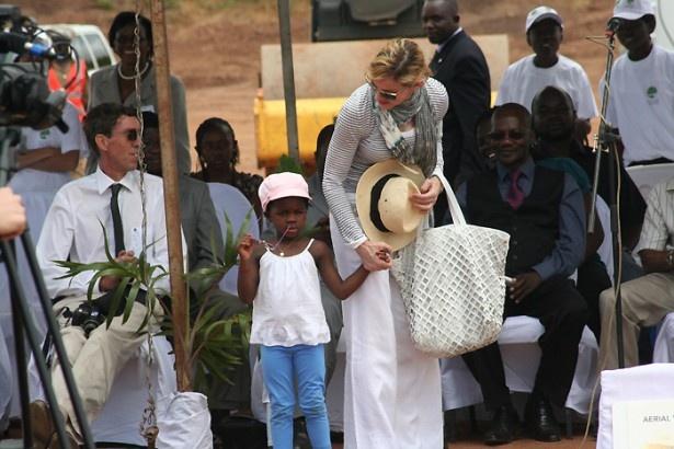 マドンナは慈善団体レイジング・マラウィを設立している