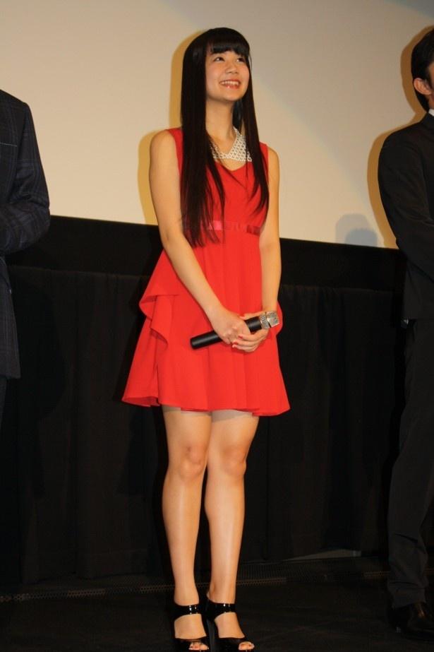 【写真を見る】 姫野愛子役の清水富美加は真紅のミニワンピースと生足で登壇