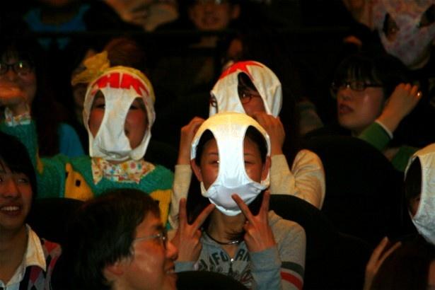 観客もノリノリでパンティを被って変態仮面に!?