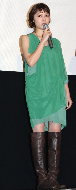 【写真を見る】宮崎あおいのグリーンのミニワンピースがキュート!春らしい装いで登場した