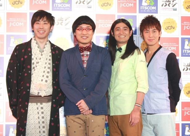 囲み取材に登場した桂三四郎、南海キャンディーズ・山里亮太、ハイキングウォーキング(写真左から)