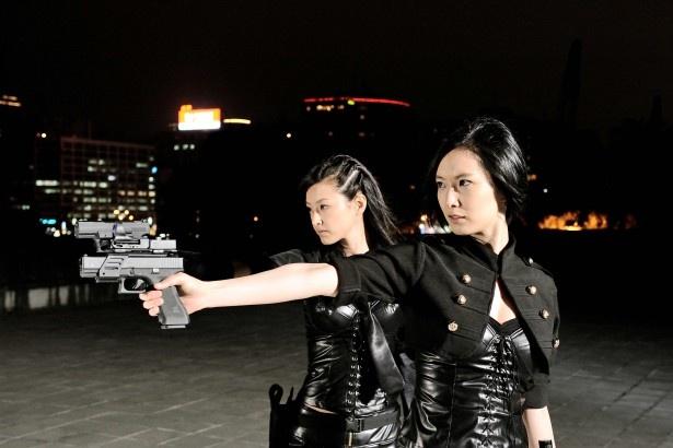 次元警察のユイ(木下)とアイ(長澤)