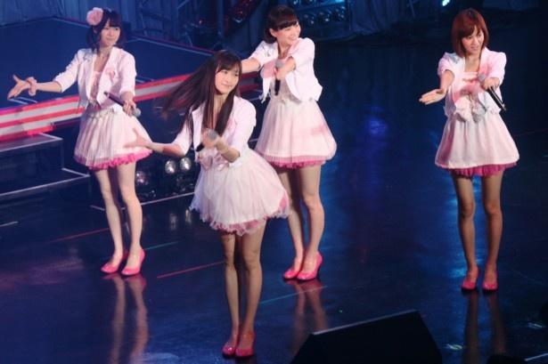 (左から)伊藤祐奈、横山ルリカ、酒井瞳、遠藤舞による「犯人はあなたです」