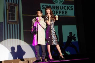 新作フラペチーノに合わせたファッションショーにヨンアと岡田義徳がモデルとして出演!