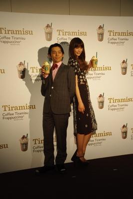 ファッションショーにゲスト出演した岡田義徳とヨンア