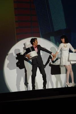 レースの白いワンピースを着たkanocoと彼氏役の岡田