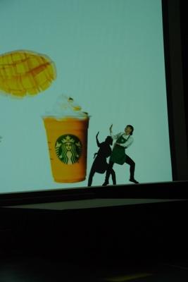 スクリーン上の映像を動かしているようなダンスパフォーマンスも